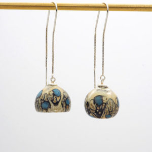 Boucles d'oreilles perle soufflée ivoire, noir et bleu